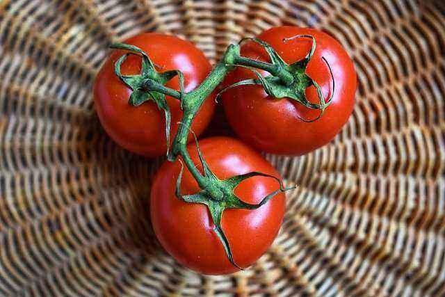 Τομάτες σε καλάθι