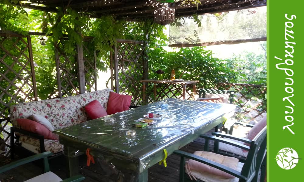 τραπεζαρία σε κήπο